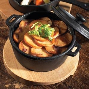 Utopia Cast Iron Round Casserole Dish with Utopia Round Acacia Wooden Board